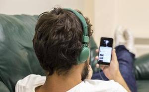 Alerta médica: hacer esto con el móvil agrava 9 síntomas de tu salud
