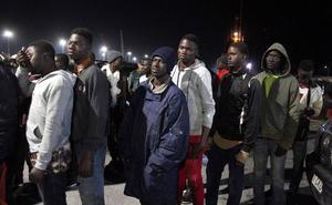 Trasladados al puerto de Motril 55 ocupantes de una patera, entre ellos seis mujeres y una niña