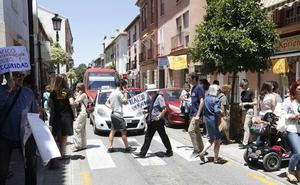 Los vecinos del Realejo protestan por el colapso de tráfico en el barrio en plena hora punta
