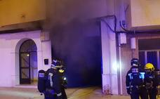 Desalojan un bloque de viviendas en Martos tras un incendio