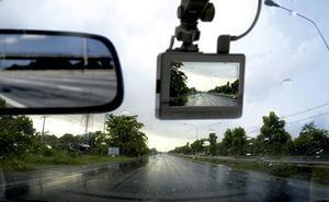 Aviso de la DGT: la razón por la que te pueden multar por llevar cámara en el salpicadero
