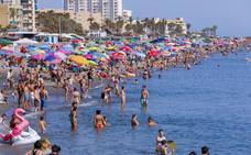 Granada se refugia en la playa el primer domingo 'abrasador' de la primavera