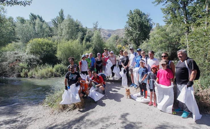 Vecinos de Cenes limpian la ribera del Genil