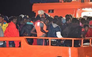 Salvamento Marítimo busca en el mar de Almería y Granada a 47 inmigrantes cuya patera se hundió