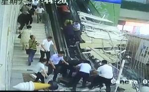 El vídeo del derrumbe de un techo que deja sepultado a decenas de personas en un centro turístico