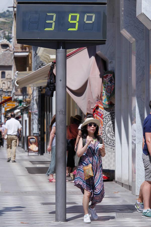 Granada se refugia en la playa del primer domingo 'abrasador' de la primavera