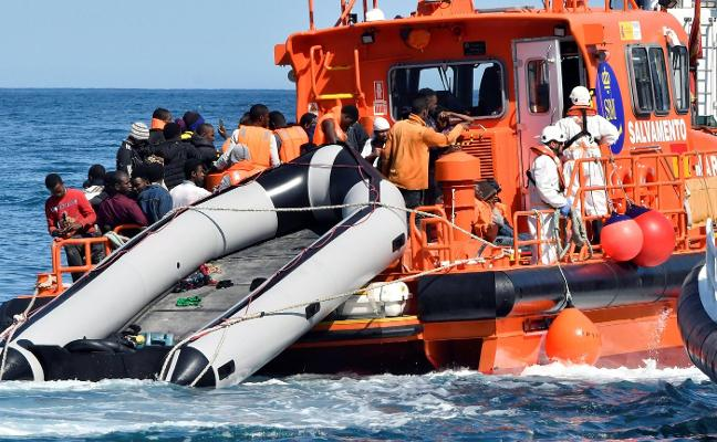 Buscan a cerca de medio centenar de desaparecidos tras hundirse una patera cerca de Cabo de Gata
