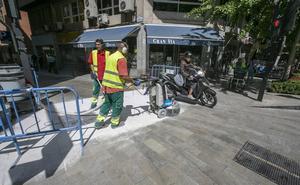 El Ayuntamiento 'rompe' la acera de Gran Vía para evitar caídas