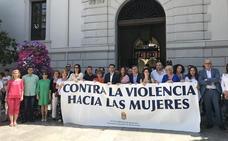 El Ayuntamiento de Granada guarda un minuto de silencio por el asesinato de una mujer en Guadahortuna