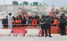 Salvamento Marítimo rescata a los 38 ocupantes de una patera localizada en Alborán
