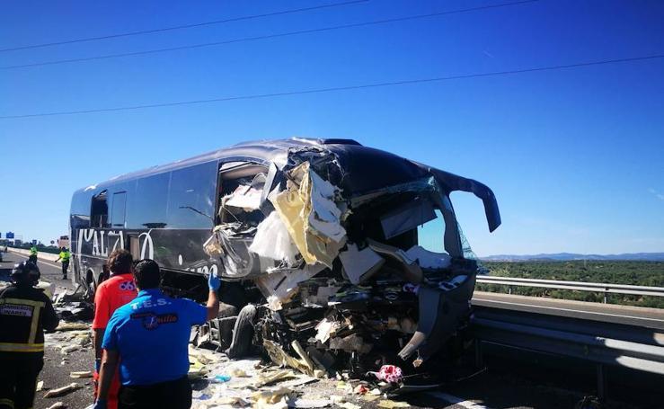 Un autobús de la línea Madrid-Granada choca con un camión y deja dos fallecidos y siete heridos