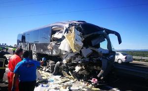 Dos fallecidas y un herido grave al chocar el bus Madrid-Granada con un camión