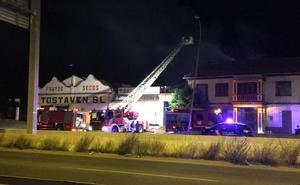 Un incendio calcina un rastro de muebles de Betel gestionado por extoxicómanos