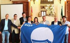La Junta entrega 24 banderas azules que ondearán en la costa de Almería durante el verano
