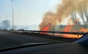 Un incendio en una cuneta de la Circunvalación de Granada provoca seis kilómetros de retenciones