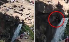La trágica muerte de un chico al caer en unas cataratas por ponerse a posar para una foto