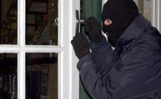 Un joven de 17 años sorprende a un ladrón en su casa, le regaña y le acompaña a la puerta