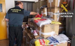 Sorprenden a un individuo de Atarfe con 16 cajas de prendas y zapatillas falsificadas
