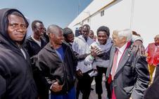 El padre Ángel visita a los rescatados de las pateras en Motril: «No hay un efecto llamada, hay un efecto de ejemplaridad»