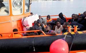 Rescatados 27 hombres, cinco mujeres y un niño de una patera a tres millas de la isla de Alborán