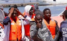 Trasladan a Motril a 92 personas rescatadas de dos pateras en aguas de Alborán