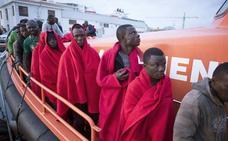 Rescatan a 79 personas, entre ellas dos bebés, de dos pateras en Alborán, y las trasladan a Almería y Motril