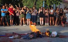 La protesta contra la Manada termina con la quema de muñecos con sus caras