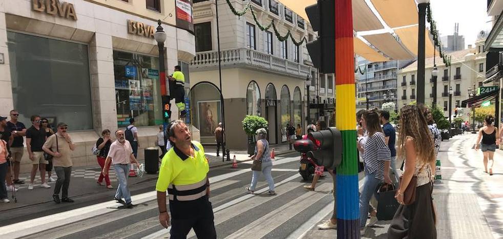 ¿Sabes por qué están pintados así estos semáforos del centro de Granada?
