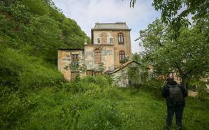 El Hotel Reuma, un edificio en la cuerda floja entre la demolición y la rehabilitación