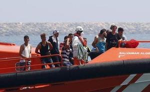 Trasladan al hospital de Motril a una de las rescatadas en una patera cerca de Alborán