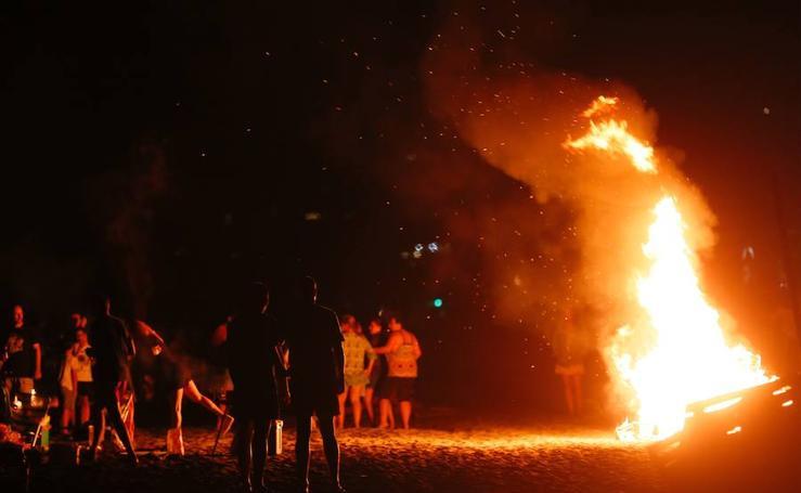 Las imágenes de la celebración de la noche de San Juan en la Costa