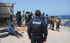 Trasladan al puerto de Almería a 49 hombres que llegaron a la isla de Alborán en patera