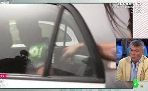 «Me he llevado un regalito de El Prenda»: un miembro de 'La Manada' le pilla la mano a una reportera con el coche