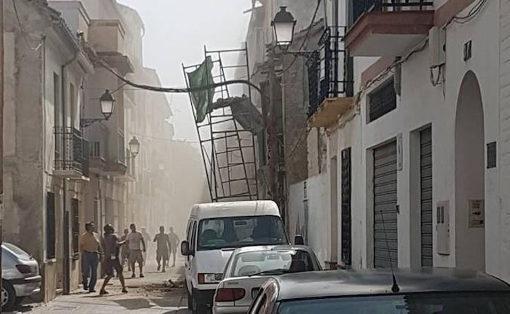 Se derrumba la fachada de un edificio en Santa Fe mientras unos obreros trabajaban en un andamio