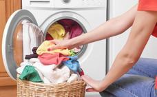Los 5 errores que cometes al poner la lavadora: te puedes cargar la ropa