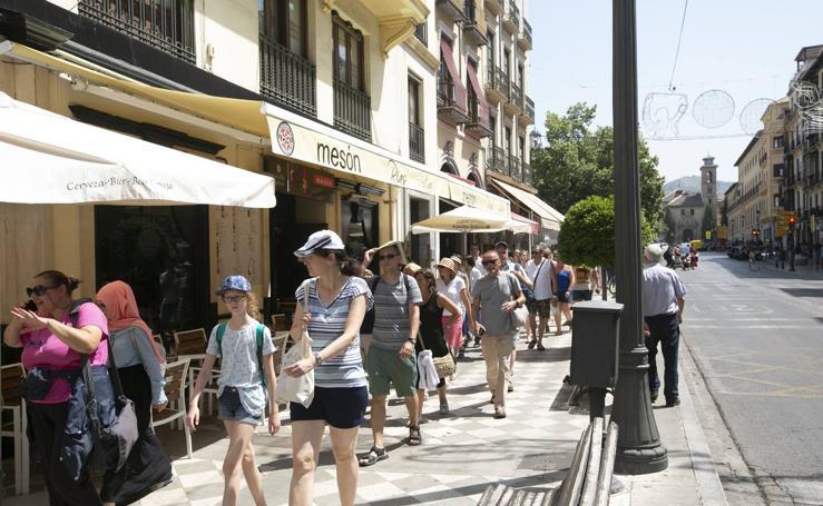 Verano en Granada: crece la polución y los rayos UVA llegan al nivel «extremo»