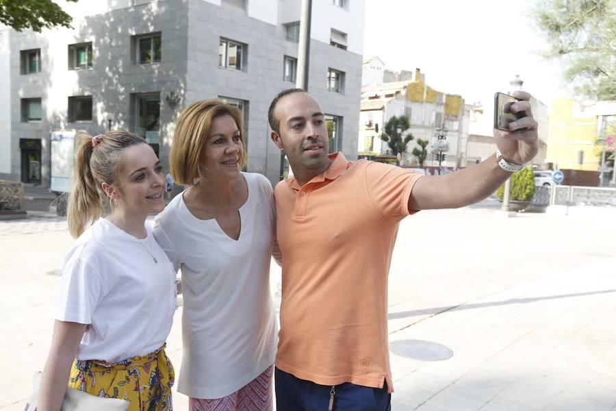 María Dolores de Cospedal pasea por Granada y comparte desayuno con el PP local