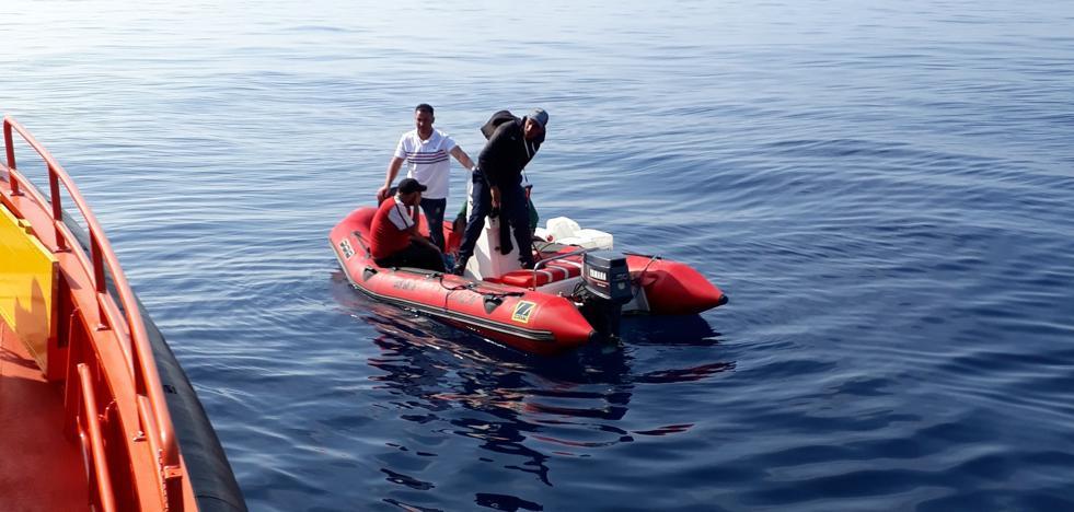 Rescatan una pequeña patera a la deriva con solo cuatro ocupantes