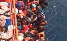 Salvamento rescata una nueva patera con 24 inmigrantes a 37 millas al sureste de Cabo de Gata