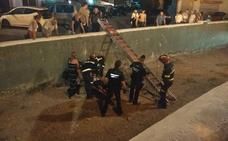 Los bomberos rescatan a un joven turista alemán herido al caer a una rambla en La Herradura
