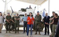 Margarita Robles se desplaza a las posiciones españolas situadas en la 'Línea Azul'