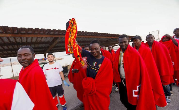 Llegan al puerto de Motril 58 subsaharianos rescatados en patera, entre ellos, un niño