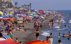 Miles de granadinos huyen del calor de la ciudad a la playa de Salobreña