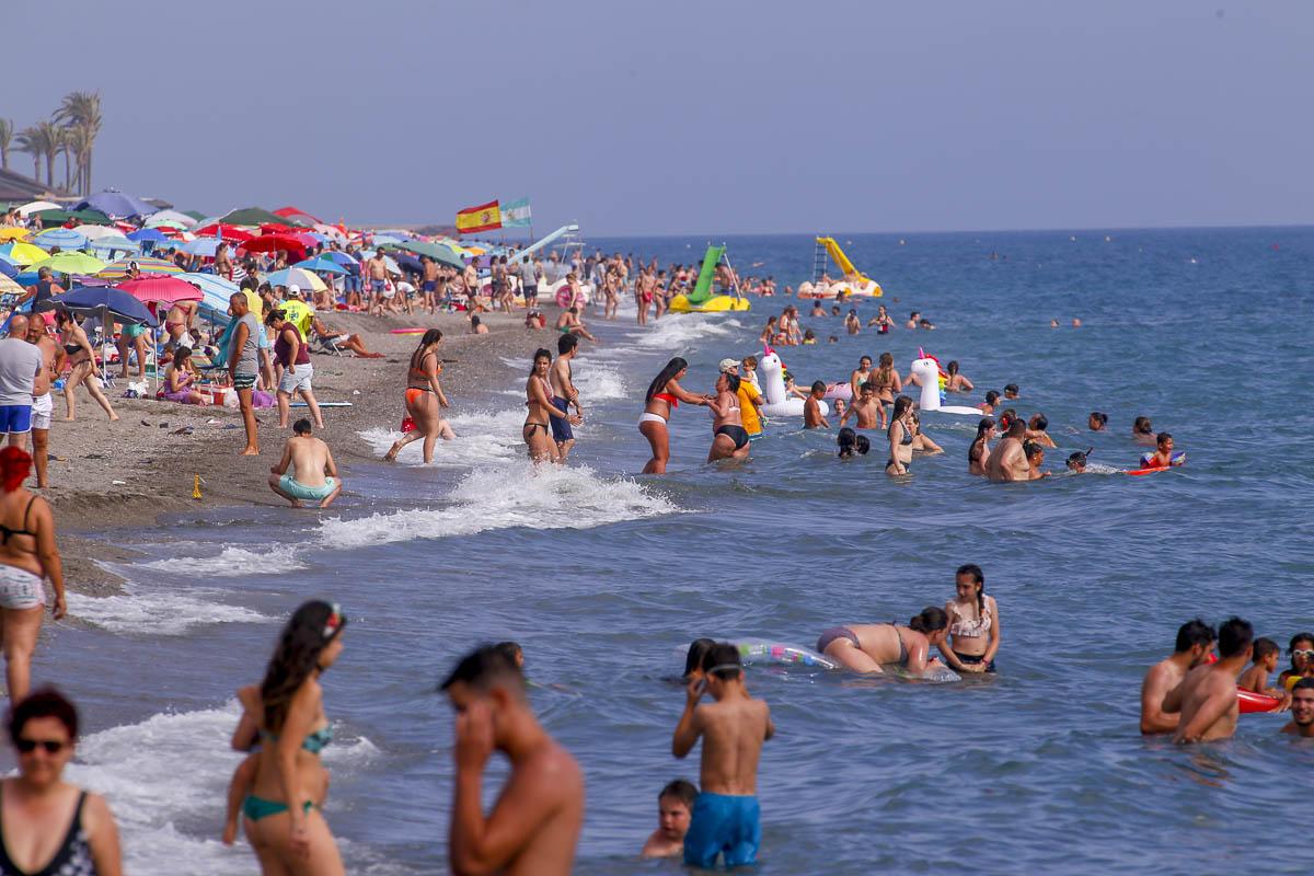Los grandinos disfrutan del primer fin de semana de vacaciones en Salobreña