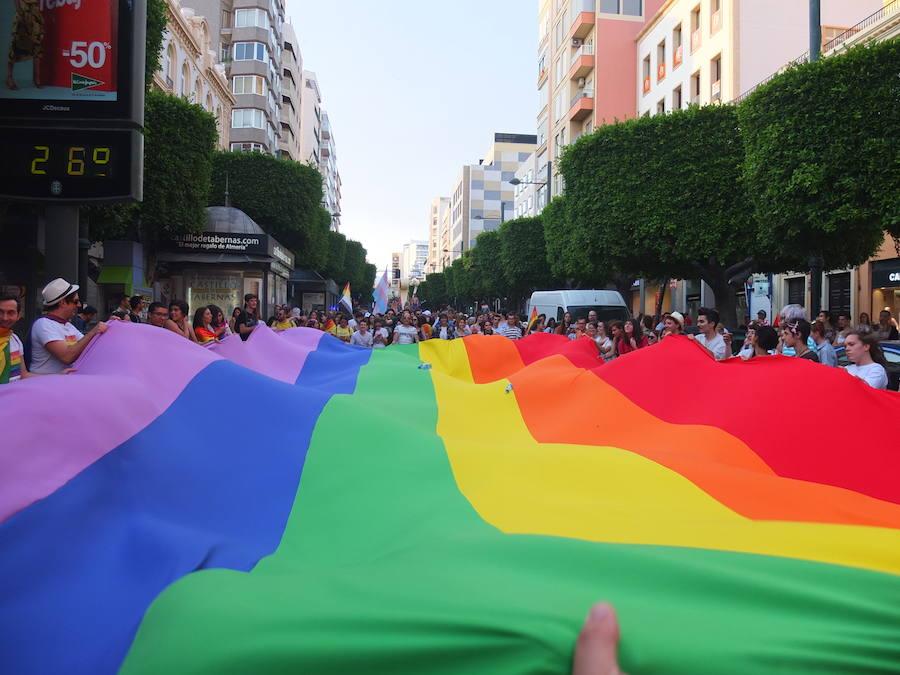 La Marcha del Orgullo tiñe el centro de Almería de colores en un ambiente muy festivo