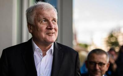 El ministro alemán del Interior dice que no dimitirá tras el acuerdo alcanzado con Merkel