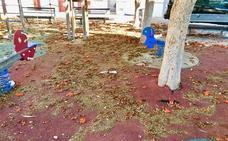 Así está la plaza más sucia de Motril que ya están limpiando