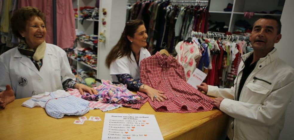 Cáritas, «desbordado» por la gran cantidad de ropa que recibe
