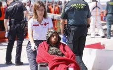 Trasladada al hospital una embarazada que viajaba en la patera con otras 55 personas que han sido rescatadas