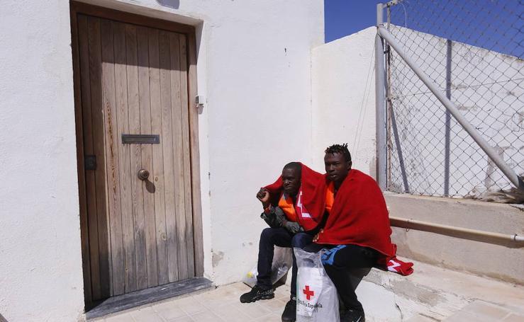 Llegan a Motril 56 migrantes rescatados a bordo de una patera